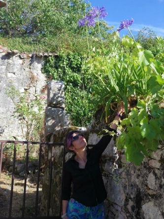 Ceci est une photo de Béatrice Pradillon-Marques tenant une agapanthe.