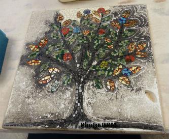 Mosaïque de JMarie, représentant un arbre de vie, réalisé en pate de verre et remplissage en marbre.