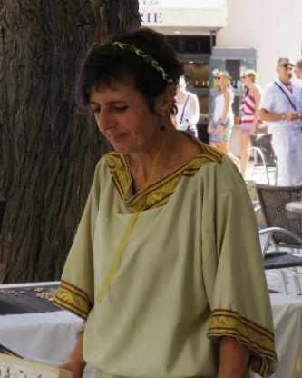 Ceci est une photo de Béatrice Pradillon-Marques habillée en romaine lors de la journée romaine d