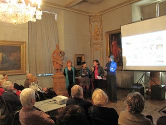 Ceci est une photo de Béatrice Pradillon-Marques entourée de Bernadette De Pascale-Dalmas, la présidente des Amis du Musée Ingres & Claire Ghestin, (médiatrice du musée), lors de la conférence le 8 février 2012.