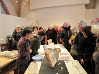 Ceci est une photo de Béatrice Pradillon-Marques lors de la démonstration suivant la conférence au musée Ingres, le 8 février 2012.