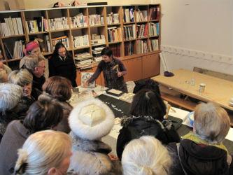 Ceci est une photo de Béatrice Pradillon-Marques lors de la démonstration d