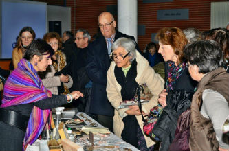 Ceci est une photo de Béatrice Pradillon-Marques en train de faire une démonstration de coupe de marbre à la marteline après la conférence à la médiathéque de Tournefeuille (31) le 11 janvier 2013.
