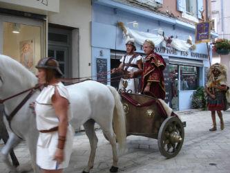 Ceci est une photo du char de la légion romaine passant devant le stand de Béatrice Pradillon-Marques lors des Journées Romaines à Orange, le 12 septembre 2015.