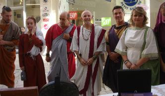 Ceci est une photo des consuls devant le stand de Béatrice Pradillon-Marques lors des Journées Romaines à Orange, le 12 septembre 2015.