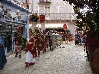 Ceci est une photo de la légion romaine passant devant le stand de Béatrice Pradillon-Marques lors des Journées Romaines à Orange, le 12 septembre 2015.