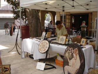 Ceci est une photo du stand de Béatrice Pradillon-Marques lors des Journées Romaines à Orange, le 12 septembre 2015.