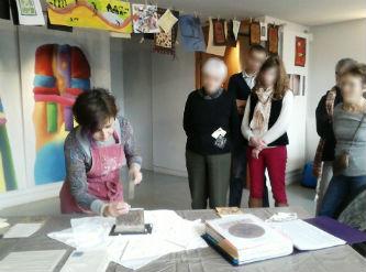 Ceci est une photo de Béatrice Pradillon-Marques en train de couper du marbre au musée Fenaille à Rodez, le 15 février 2015.