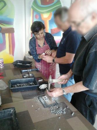 Ceci est une photo de Béatrice Pradillon-Marques avec des visiteurs en train de couper du marbre avec la marteline au musée Fenaille à Rodez les 6 & 7 juin 2015.