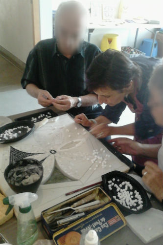 Ceci est une photo de Béatrice Pradillon-Marques avec deux participants en train de travailler à l