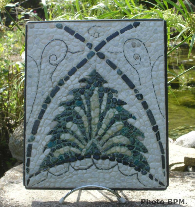 Ceci est une mosaïque en galets, nommée Cherchell avec chrysocolle et ardoise. Taille réelle 25 x 30 cm.
