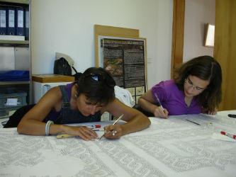 Ceci est une photo de BPM et une adolescente en train de nettoyer la copie du calque au musée de Rabaçal.