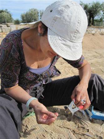Ceci est une photo de Béatrice Pradillon-Marques en train de couper une tesselle à Rabaçal, en juillet 2010.