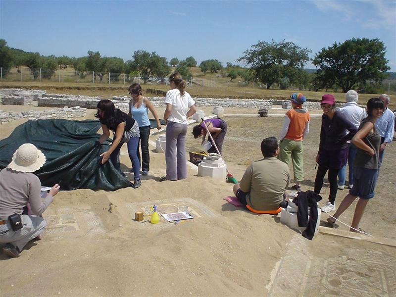 Ceci est une photo de la villa romaine de Rabaçal en juillet 2010 : protection des mosaïques avec un tissu.