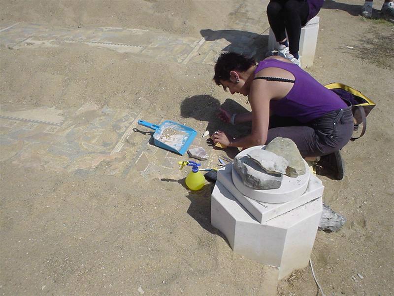 Ceci est une photo de Béatrice Pradillon-Marques en train de restaurer un pavement de mosaïque à Rabaçal, en juillet 2010.
