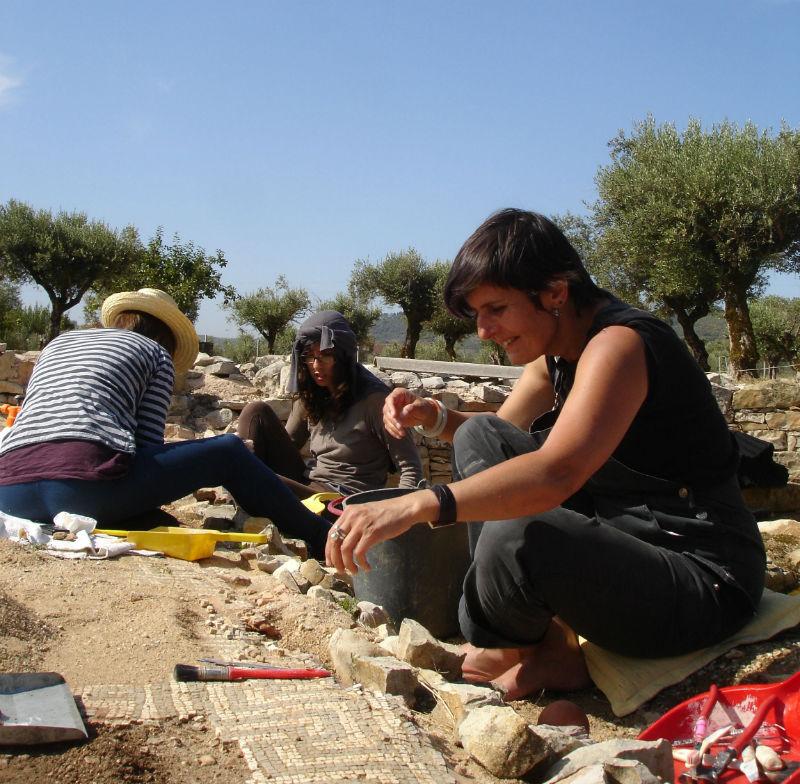 Ceci est une photo de Carolina, Liliane et Béatrice Pradilllon-Marques en train de restaurer les mosaïques de Rabaçal en juillet 2011.