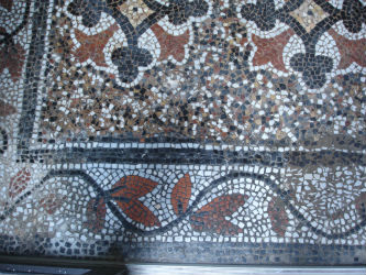 Ceci est une photo de mosaïque de sol après restauration (détails).