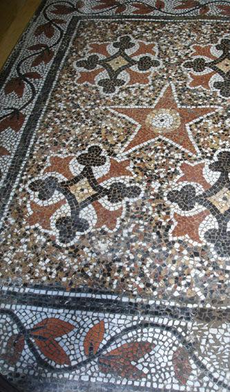 Ceci est une photo de mosaïque de sol après restauration.