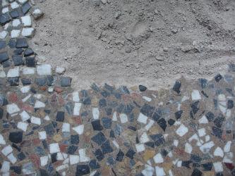 Ceci est une photo de détail de mosaïque de sol avant restauration.