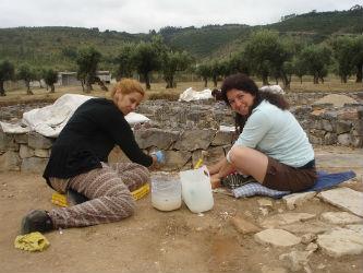 Ceci est une photo de Ana et Sonia à Rabaçal en 2014.