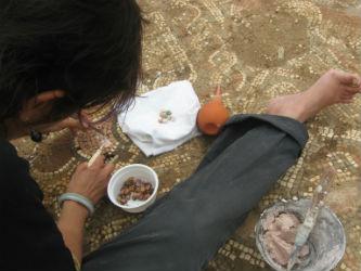 Ceci est une photo de Béatrice Pradillon-Marques en train de restaurer une mosaïque à Rabaçal en 2014.