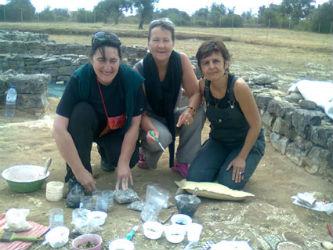 Ceci est une photo de Fabie, Fabienne et Béatrice à la villa romaine de Rabaçal.