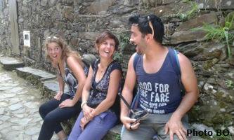 Ceci est une photo de Flavio, Béa & Ana dans un grand éclat de rire ! Aldeias do Xisto, juillet 2018.