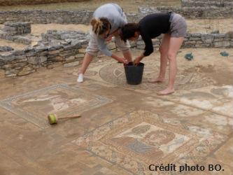 Ceci est une photo de Ana & Béa en train de nettoyer les pavements des saisons, villa romaine de Rabaçal en juillet 2018.