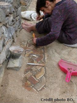 Ceci est une photo de Béatrice Pradillon-Marques, en train de restaurer une tresse, villa romaine de Rabaçal, juillet 2018.