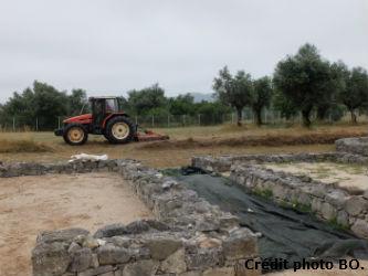 Ceci est une photo du nettoyage du pourtour de la villa romaine de Rabaçal (Portugal, région centre, en juillet 2018.)