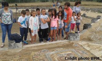 Ceci est une photo des enfants venant à la villa romaine de Rabaçal en juillet 2018.
