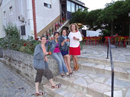 Ceci est une photo de Blandine, Béatrice, Laure et Fabienne au café de Rabaçal.