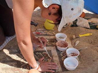 Ceci est une photo de Béatrice Pradillon-Marques en train de restaurer des mosaïques à la villa romaine de Rabaçal.