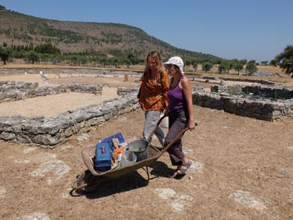 Ceci est une photo de Béatrice Pradillon-Marques avec Fabienne rangeant le matériel à la villa romaine de Rabaçal.