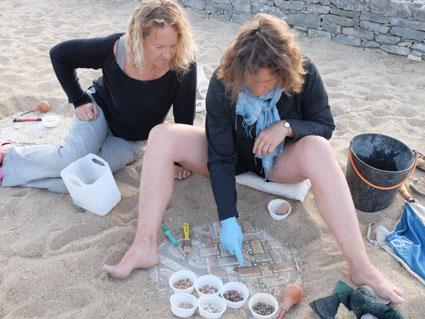 Ceci est une photo de Fabienne et Laure en train de restaurer des mosaïques à la villa romaine de Rabaçal.