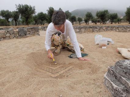 Ceci est une photo de Blandine en train de restaurer des mosaïques à la villa romaine de Rabaçal.