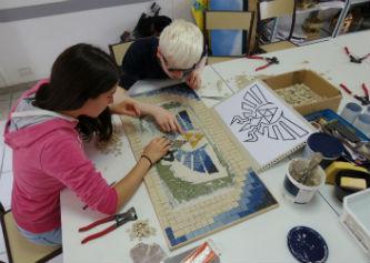 Ceci est une photo des adolescents travaillant sur la mosaïque collective au CAJ de Lapeyrouse, le 1er octobre 2016.