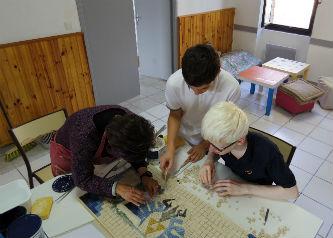 Ceci est une photo des adolescents travaillant sur la mosaïque collective au CAJ de Lapeyrouse, le1er octobre 2016.