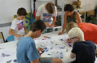Ceci est une photo des adolescents travaillant sur la mosaïque collective au CAJ de Lapeyrouse, le 27 juillet 2016.