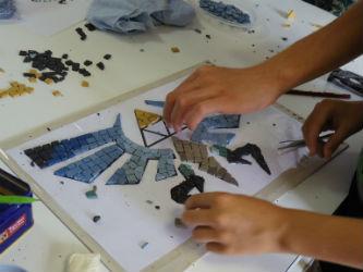 Ceci est une photo du motif de la mosaïque collective réalisé par les adolescents au CAJ de Lapeyrouse, le 28 juillet 2016.