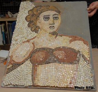 Mosaique de Bernadette en cours de réalisation, en marbre, terres cuites et travertin représentant une athlète en bikini issue de la villa del Casale en Sicile.