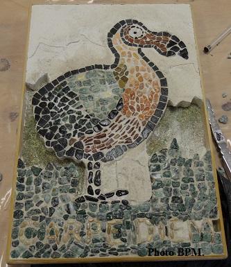 Mosaique de Ondine, en galets représentant un dodo avec l épitaphe Carpe Diem.