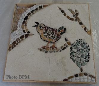 Mosaique de Sofya, tout en galets représentant un oiseau avec des ornements végétaux.