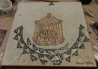 Mosaique de Josiane, en galets et en travertin représentant un volatile dans une cage issu du musée du Bardo à Tunis.