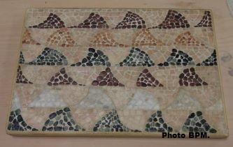 Mosaique de Florence, représentant un pavement de vagues de la villa de Séviac, en galets & marbres.