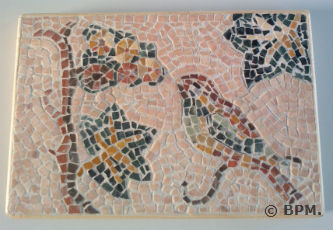 Ceci est une photo de la mosaique de Blandine, tout en marbre, représentant un oiseau.