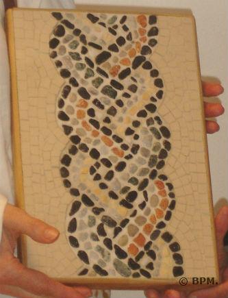 Ceci est une photo de la mosaique de Blandine en galets et grès cérame, représentant un noeud gordien.