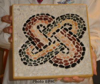 Ceci est une photo de la mosaique en galets de Cécile, noeud gordien.