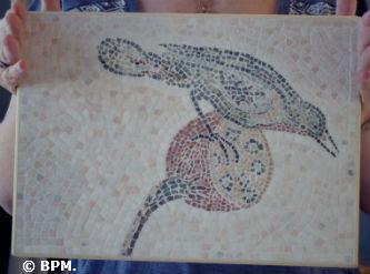 Ceci est une photo de la mosaique de Dominique, réalisée tout en tout marbre, représentant un oiseau, inspiré d
