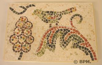 Ceci est une photo de la mosaique de Lydie, toute en marbre, représentant un oiseau s